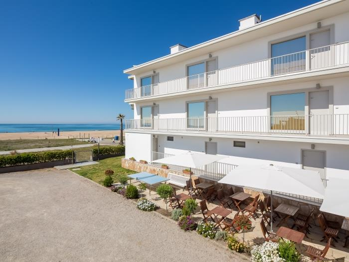 beach apartment with street view - castelldefels